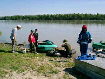 Подготовка к походу на веслах вниз по течению Оби.